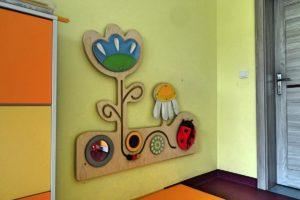 Element dekoracyjny z motywami roślinnymi na ścianie w sali przedszkolnej