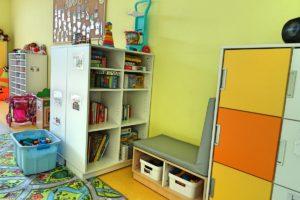 Pojemniji, półki i szafki z zabawkami w sali przedszkolnej