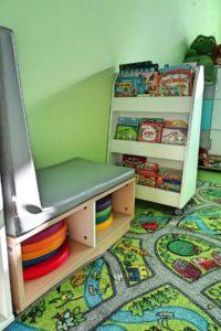 Szafki i półki z zabawkami w sali przedszkolnej