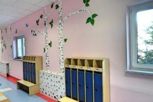 Szafki na ubrania i buty na korytarzu przedszkolnym