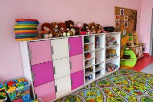 Półki i szafki z zabawkami