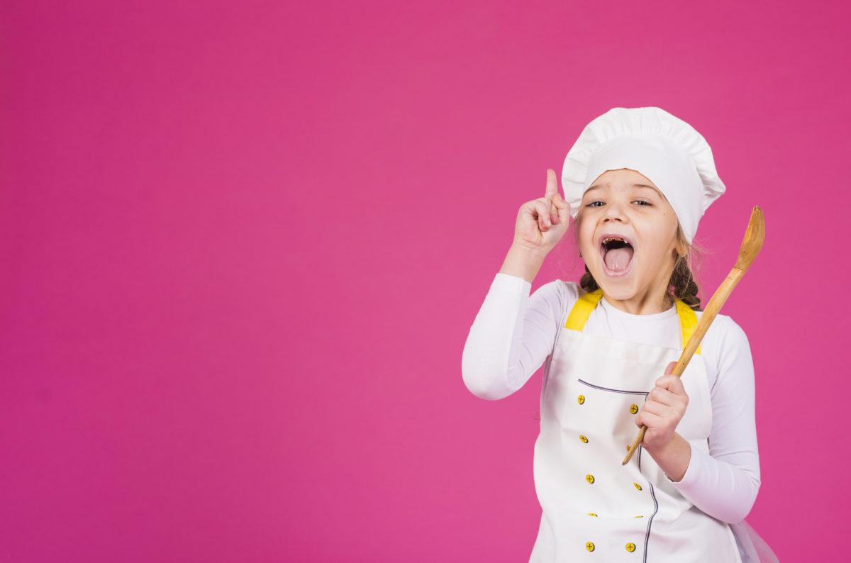 Zdjęcie poglądowe dziewczynki w przebraniu kucharza udającej nauczycielkę