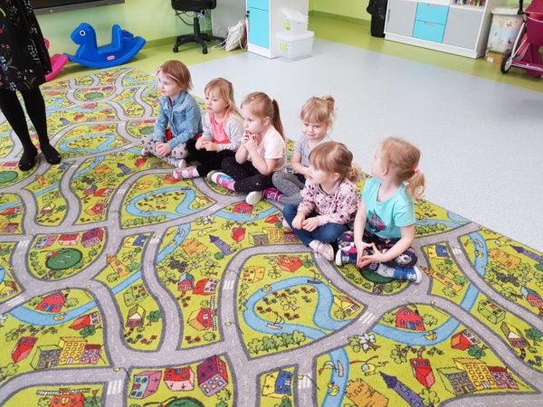 dziewczynki siedzą na dywanie