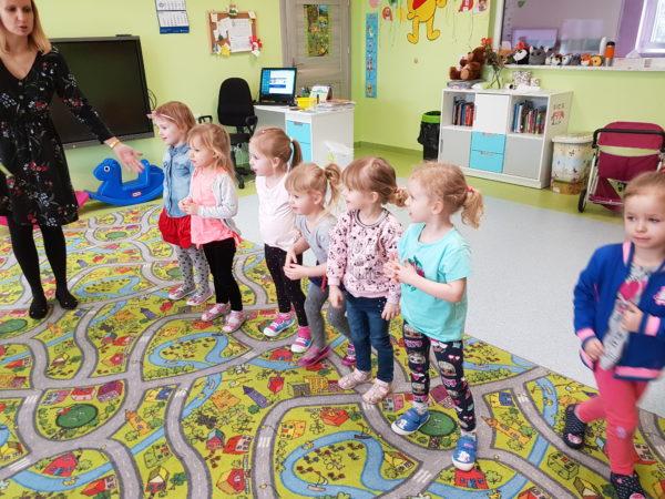 dziewczynki stoja w szerwgu