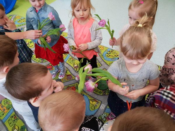 Dziewczynki dostają piękne tulipany