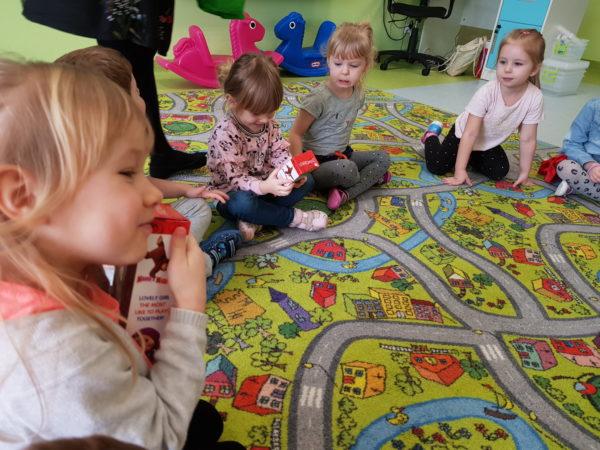 Dziewczyny oglądają prezenty