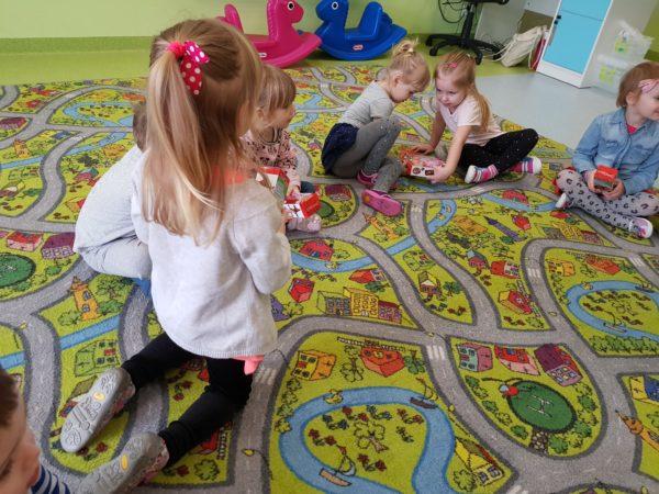 Dziewczynki oglądają prezenty