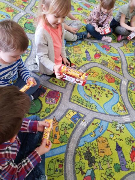 Dzieci oglądają prezenty