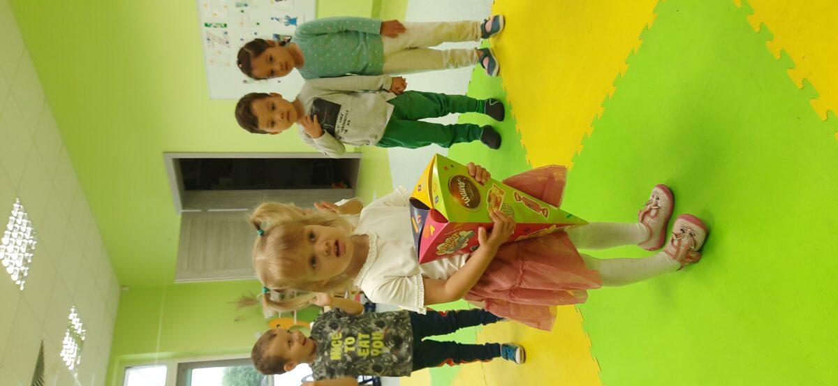 Dzieci składają Majeczce urodzinowe życzenia