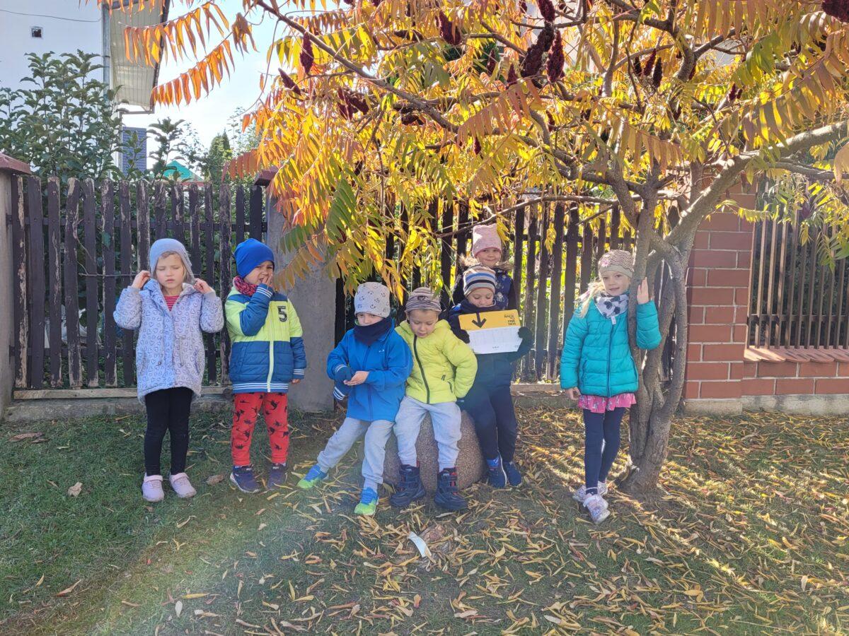 Dzieci pozują pod drzewem
