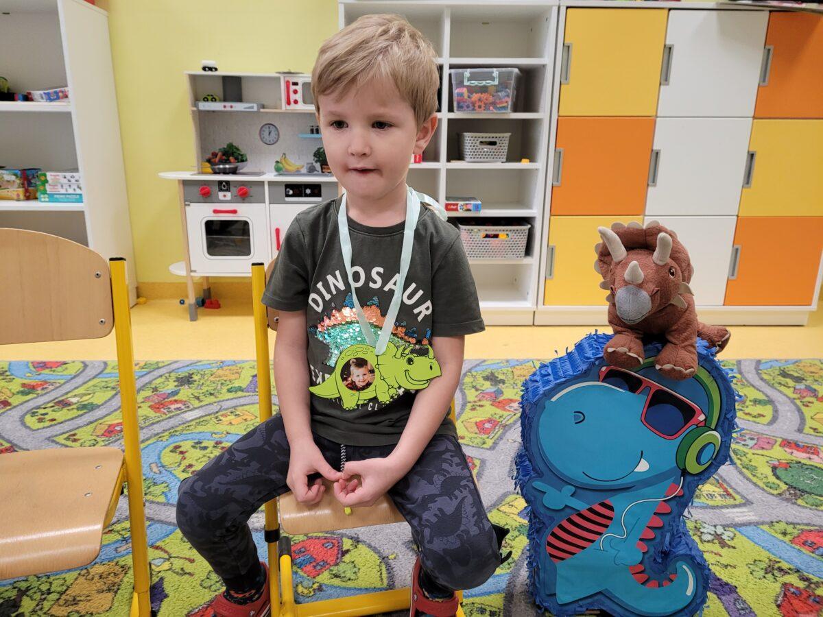 Jasio siedzi na krzesełku