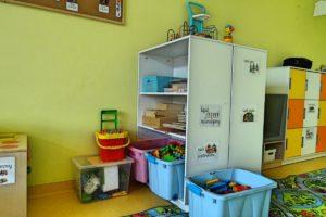 Pojemniki oraz półki z zabawkami w sali przedszkolnej
