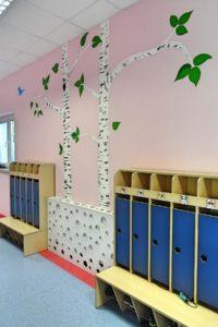 Inne ujęcie szafek na ubrania i buty na korytarzu przedszkolnym