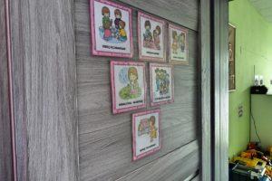 Tablica w sali z obrazkami pzredstawiającymi dzieci w róznych sytuacjach