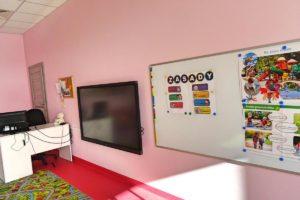 Wiszące na ścianie: tablica dydaktyczna oraz telewizor