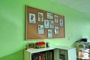 Tablica dydaktyczna nad półkami z zabawkami