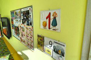 Ściana sali przedszkolen z widocznymi materiałami dydaktycznymi